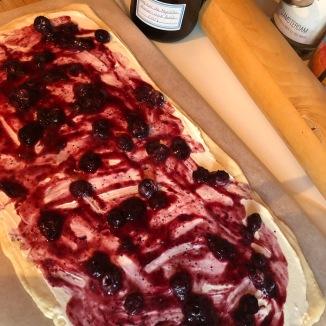 Foto van bereiding breakfast rolls, deeg is ingesmeerd met jam