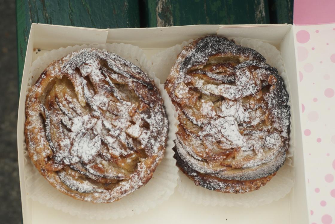 Foto van twee appeltaartjes - tarte normande