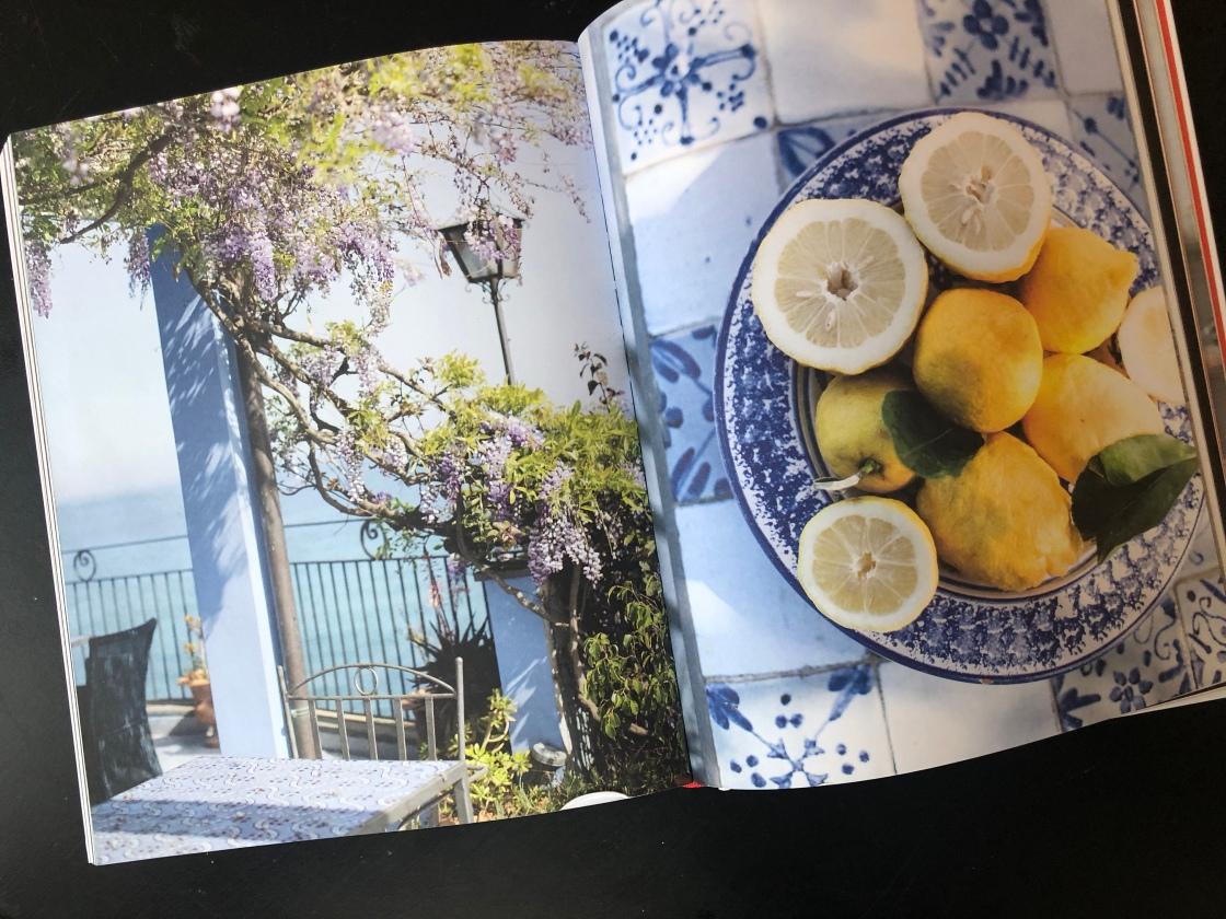 Foto uit kookboek Sicilië van blauwe regen en citroenen