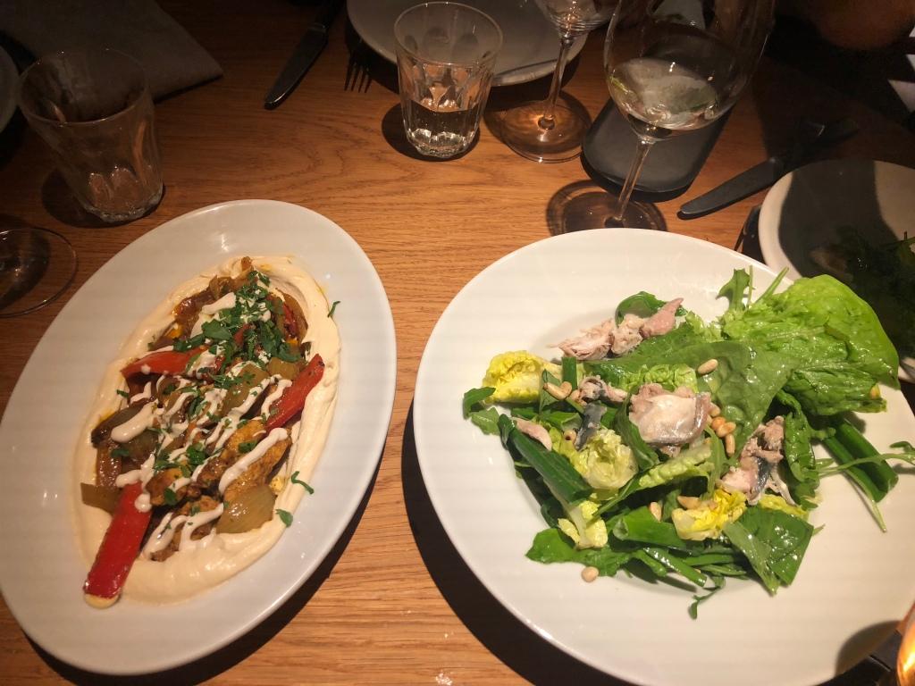 Foto van salade en plate bij Neni