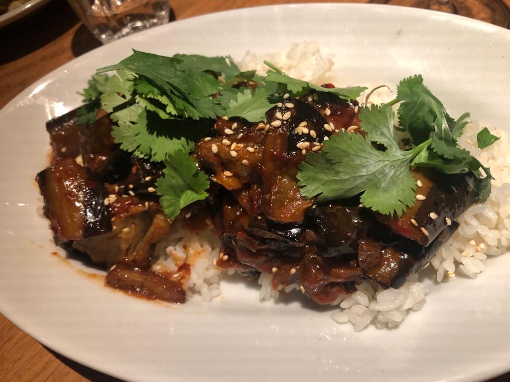 Foto van rijst met aubergine en koriander