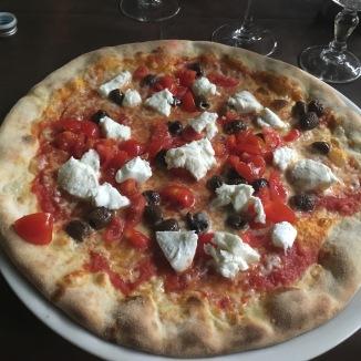 Foto van pizza met tomaten, mozzarella en kappertjes