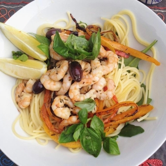 Foto van bord spaghetti met garnalen