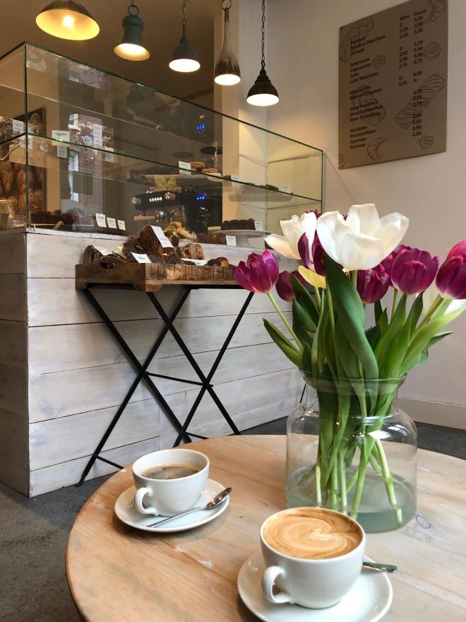 Foto van bakkerij met tulpen