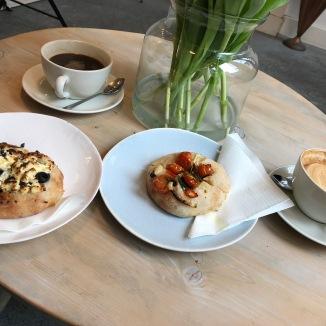 Foto van broodjes en koffie