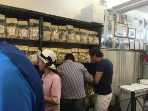 Foto van mensen die staand eten in een pastawinkel
