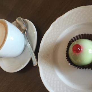 Foto van cappuccino en kleine groene cassata