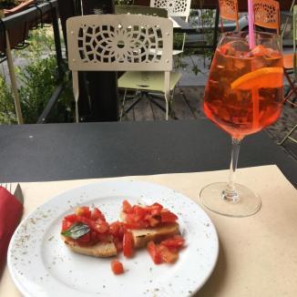 Foto van Aperol Spritz en bruschetta met tomaat