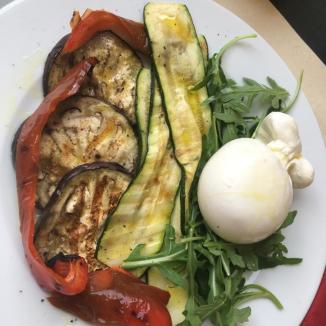 Foto van gegrilde groenten met burrata