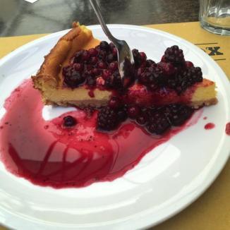 Foto van cheescake met rood fruit
