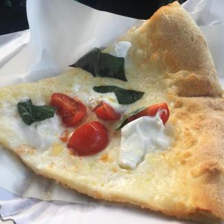 Foto van stuk pizza met kaas