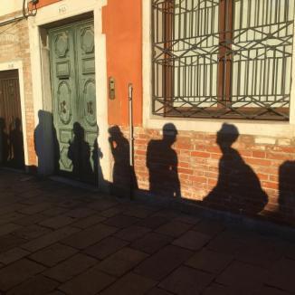 Foto van schaduwen van mensen in Venetië