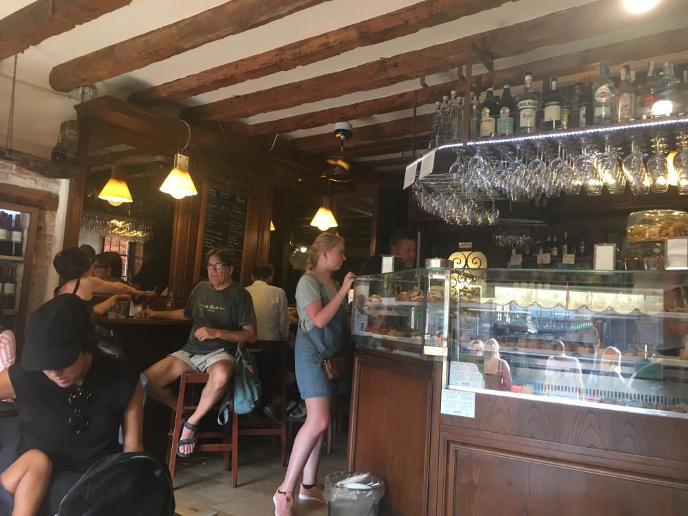 Foto van mensen in bar