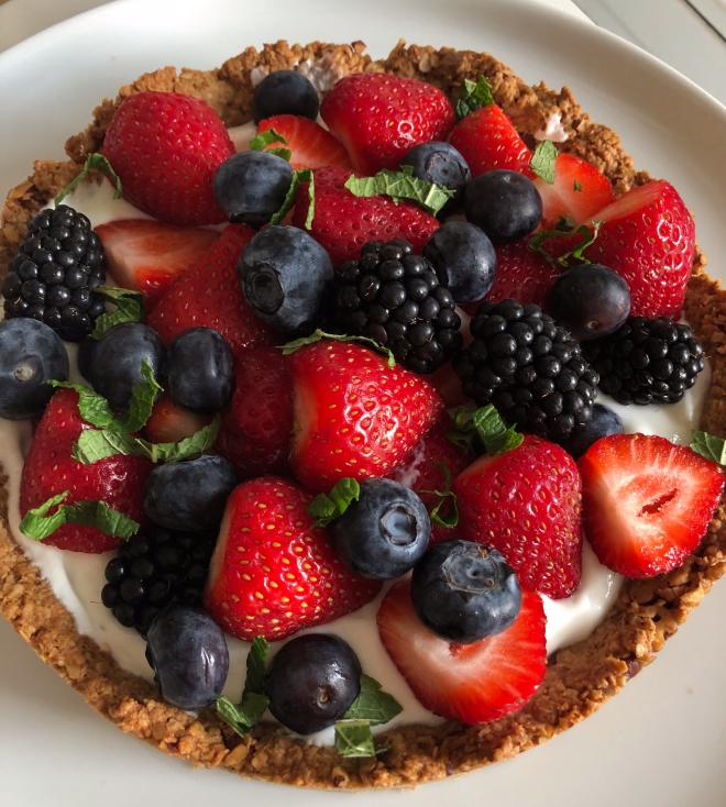 Foto van aardbeien, bramen en bosbessen op een ontbijttaart